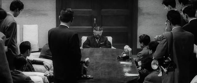 """Escena de Los Canallas duermen en paz: Iwabuchi se muestra """"afligido"""" ante los periodistas"""